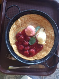 "Pancake ""Frollein Piepenbrink"" with strawberry compote, vanilla-, and strawberry ice cream"